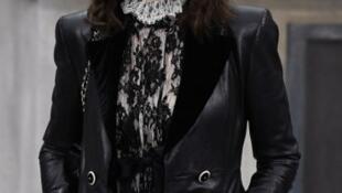 A actriz francesa Isabelle Adjani em Paris a 1 de Outubro de 2019 vestida pela Chanel.