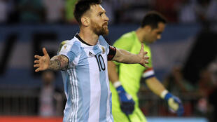 O atacante argentino Leonel Messi reclama durante partida contra o Chile em 23 de março de 2017.