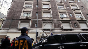 Cảnh sát chắn gác trước nhà cựu tổng thống Achentina, Cristina Fernandez de Kirchner tại Buenos Aires, ngày 23/08/2018.
