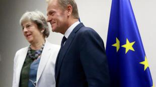 A primeira-ministra da Grã-Bretanha, Theresa May, e o presidente do Conselho Europeu, Donald Tusk, apresentam uma reunião bilateral na cúpula dos líderes da União Européia em Bruxelas, Bélgica, 20 de outubro de 2017.