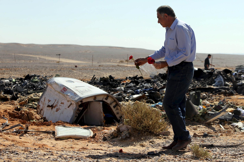 Mảnh vỡ máy bay Airbus A320 của tập đoàn Nga Metrojet trên bãi sa mạc Sinai - Ai Cập.