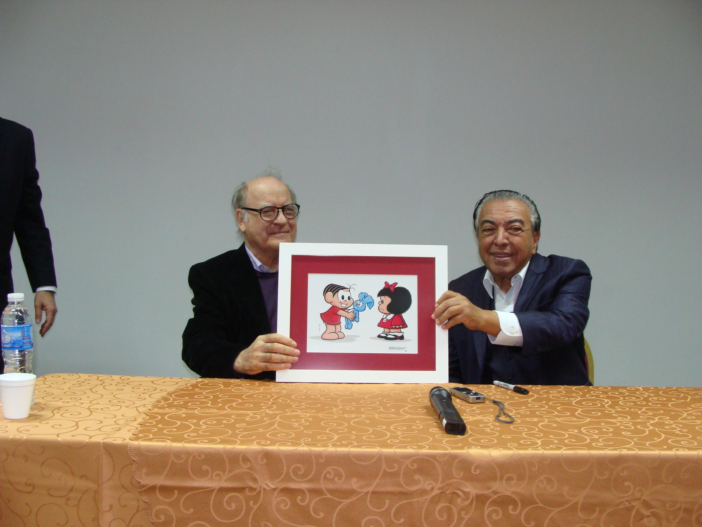 Mauricio de Sousa (d) entrega desenho de presente ao colega argentino Quino