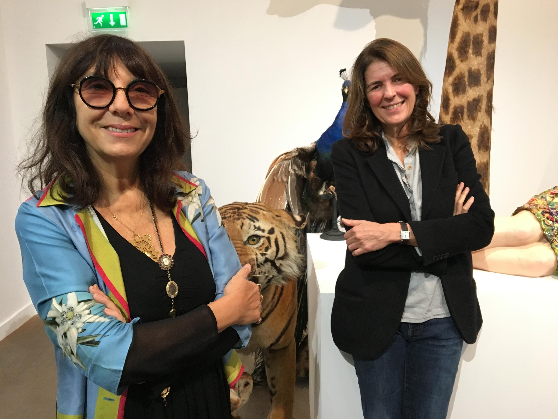 """As artistas Sophie Calle e Serena Carone posam em 9 de outubro de 2017 em frente ao """"túmulo"""" de Sophie, uma das obras executadas especialmente para a exposição """"Beau Doublé, Monsieur Le Marquis"""", em cartaz no Museu da Caça e da Natureza de Paris."""