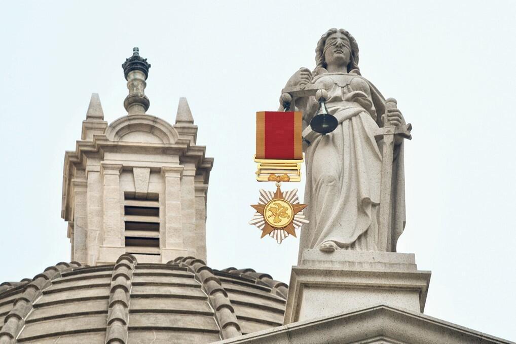 thumbnail_1.7 當司法女神的天秤加上勳章,它還能保持平衡嗎(麥燕庭提供)