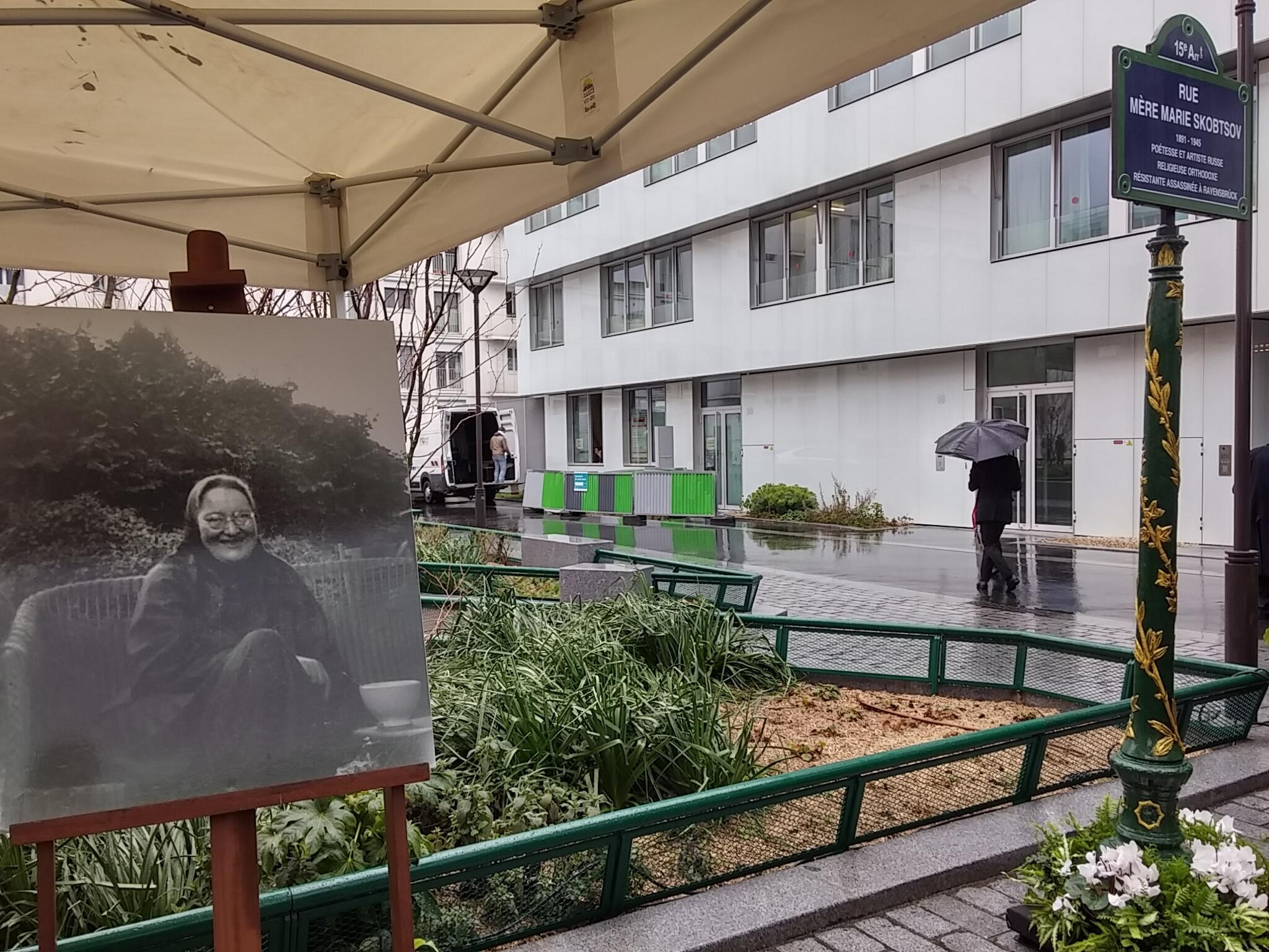 Мать Мария Скобцова после ухода гостей с торжественной церемонии открытия улицы ее имени.