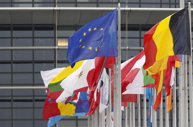 Les drapeaux des pays composant l'Union européenne devant le Parlement européen à Strasbourg, le 12 octobre 2012.