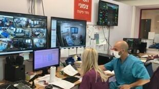 L'unité de soins intensifs pour les malades atteints du coronavirus du Centre médical de Galilée a été aménagée dans une ancienne cafétéria de l'hôpital. Elle peut accueillir jusqu'à 45 patients.