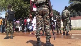 Des forces de sécurité centrafricaines, lors d'une manifestation organisée à l'appel du monde judiciaire, le vendredi 22 novembre à Bangui.