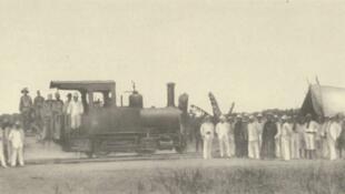 L'arrivé d'une locomotive à Léopoldville en mars 1898 pendant lorsque le Congo était alors propriété du roi Léopold II (image d'illustration).