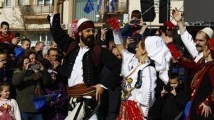 Des Kosovars dansent à l'occasion des célébrations de l'indépendance du pays, à Pristina, le 17 février 2018.