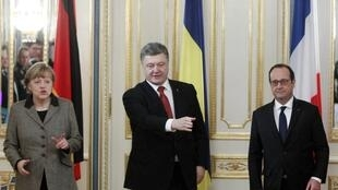 Petro Porochenko (c) recebe François Hollande (d) e Angela Merkel em Kiev