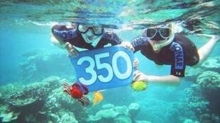 Deux plongeurs de 11 et 9 ans se mobilisent pour préserver la Grande Barrière de corail en Australie, touchée par le réchauffement climatique.