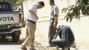 Des policiers tunisiens commencent à enquêter sur le lieu du meurtre de Mohamed Brahmi.