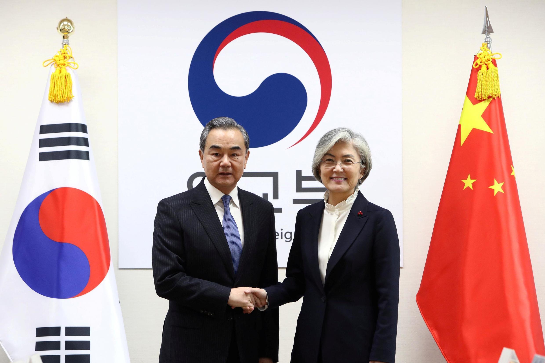 Ngoại trưởng Hàn Quốc, Kang Kyung-wha (P) tiếp đồng nhiệm Trung Quốc Vương Nghị, tại Seoul, ngày 04/12/2019.