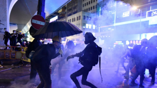 des-manifestants-enveloppes-de-gaz-lacrymogene-a-hong-kong-le-28-juillet-2019_6203206
