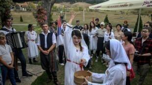 """中国游客在塞尔维亚乡村的虚拟婚礼""""新娘""""撒小麦2019年9月29日。"""