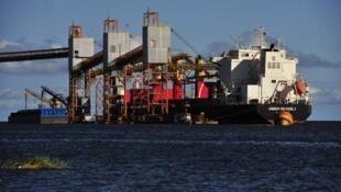 Navio é carregado com soja em terminal graneleiro de Santarém, no rio Tapajós, no Pará