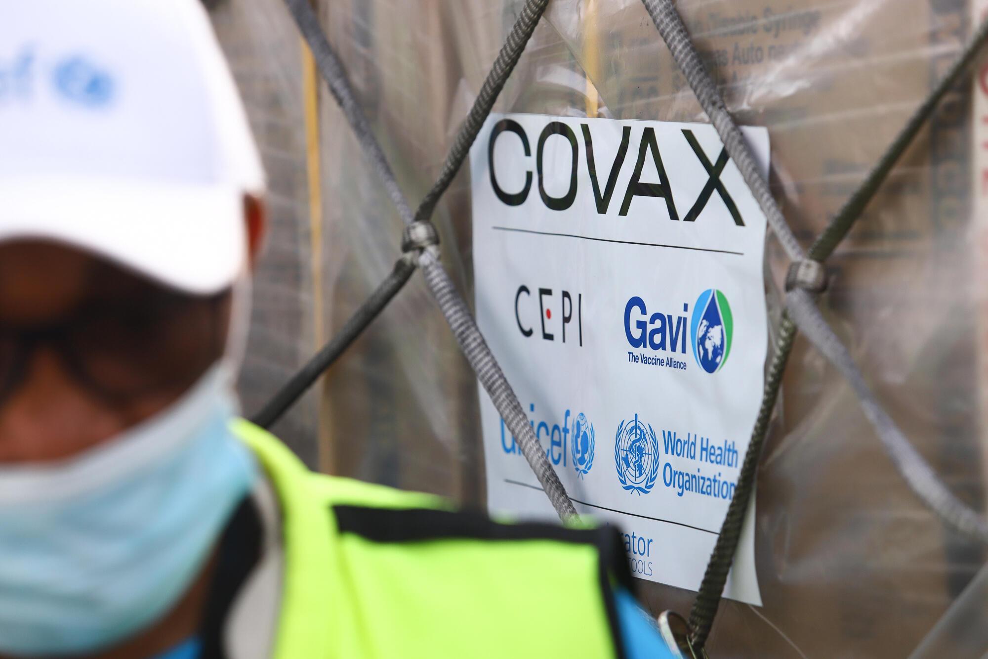 Le premier envoi de vaccins du programme Covax arrivant à l'aéroport d'Acra, au Ghana, le 24 février 2021 (Photo illustration)
