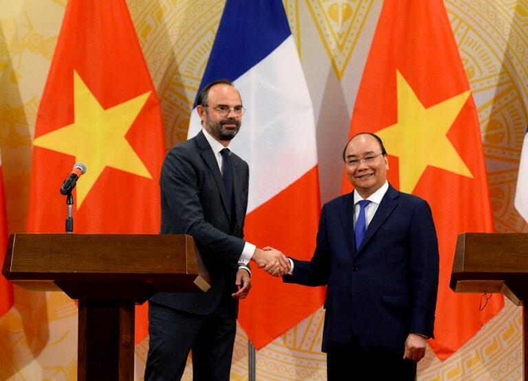 法國總理愛德華•菲利普(左)越南總理阮春福出席多項合作協議簽署儀式    2018年 11月2日河內
