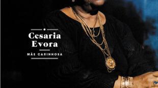 """Capa do novo álbum de Cesária Évora, """"Mãe carinhosa""""."""
