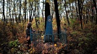 Dans le vieux cimetière de Birobidjan, la tombe d'une des premières habitantes juives de la région autonome.