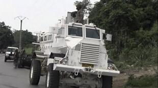 Un blindé des troupes sud-africaines à Begoua, à 17 kilomètres de Bangui, samedi 23 mars 2013.