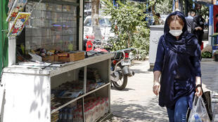 Una mujer con mascarilla camina por las calles de Teherán, capital de Irán, el 15 de agosto de 2020