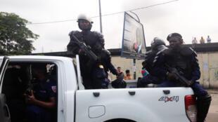 Une patrouille de policiers anti-émeutes juste avant la dispersion musclée d'un rassemblement non loin du Parlement congolais à Kinshasa, le 19 janvier 2015.