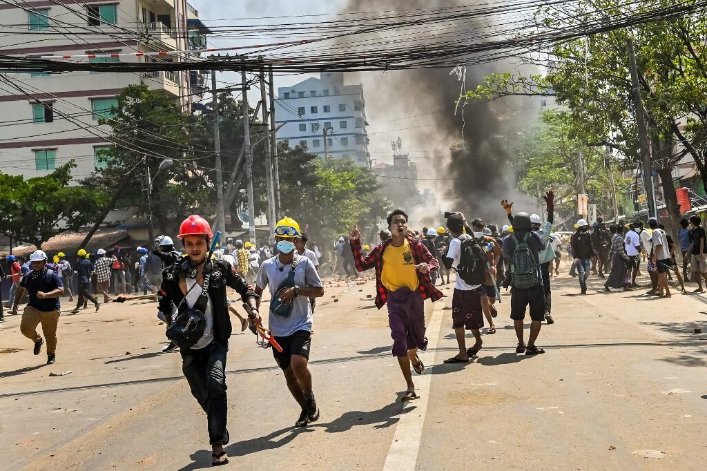 Des manifestants pro-démocratie dans les rues de Rangoun