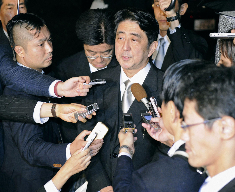 Các nhà báo Nhật phỏng vấn thủ tướng Shinzo Abe tại Tokyo ngày 17/10/2012.