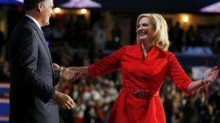 Mitt Romney recebe a mulher Ann sobre o palco, durante a convenção do Partido Republicano em Tampa, na Flórida. 28 de agosto de 2012