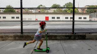 Un enfant devant une école fermée de New York aux États-Unis, le 7 août 2020. (Photo d'illustration)