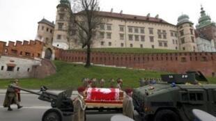 Похоронная процессия перед Вавельским замком в Кракове, 18 апреля 2010.