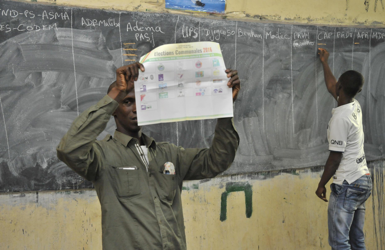 Le décompte des voix dans un bureau de vote de Bamako, le 20 novembre 2016.