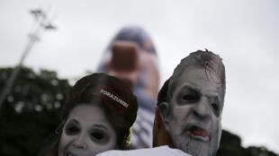 3月13日巴西各地爆發反政府示威。示威者戴着前總統盧拉和現總統羅塞夫的面具,要求羅塞夫下台。