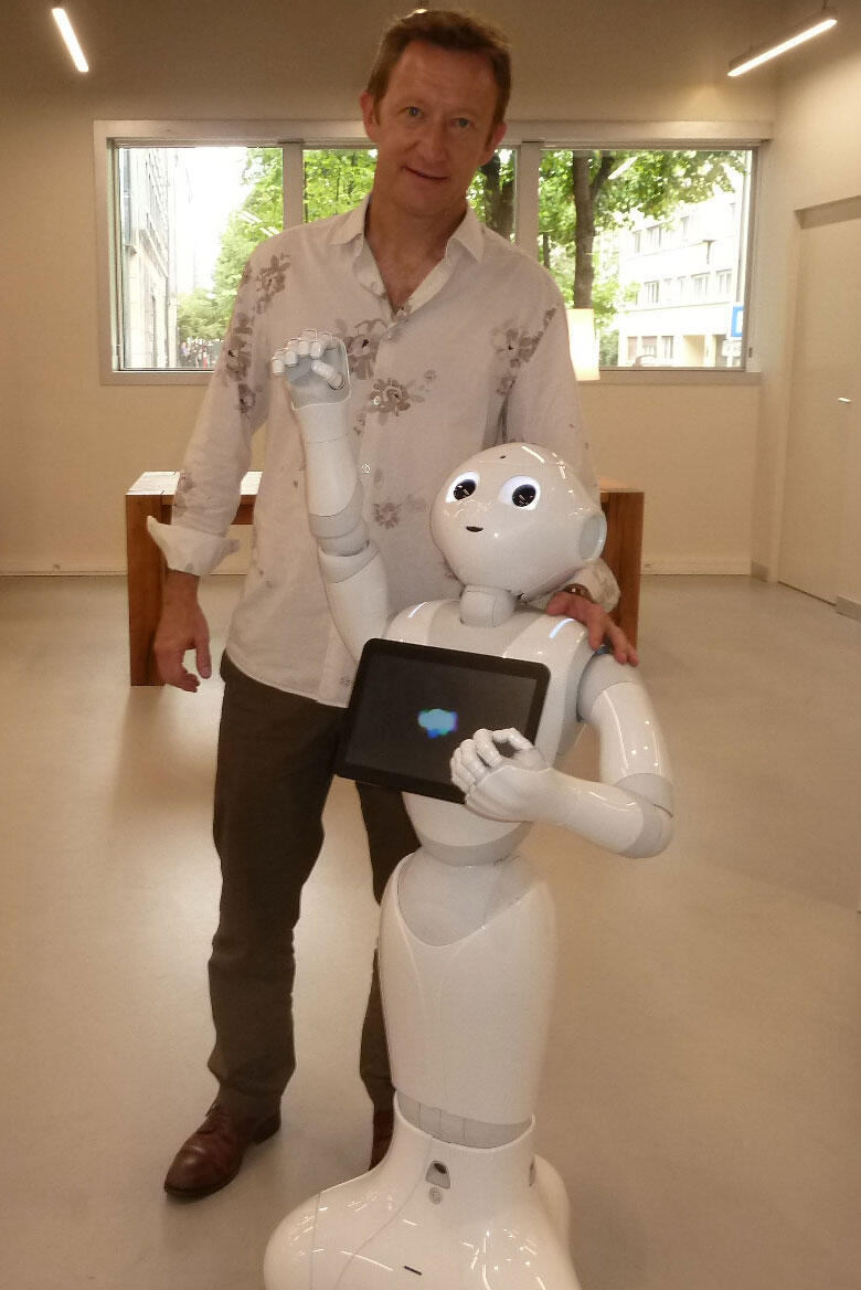 Le robot Pepper et Rodolphe Gelin, directeur R&D d'Aldebaran.