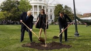 Avec le climatosceptique président américain Donald Trump et son épouse Melania, le 23 avril devant la Maison Blanche à Washington.
