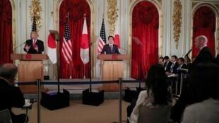 O presidente dos EUA, Donald Trump, e o primeiro-ministro do Japão, Shinzo Abe, realizam uma coletiva de imprensa conjunta no Akasaka Palace em Tóquio, Japão, em 27 de maio de 2019.