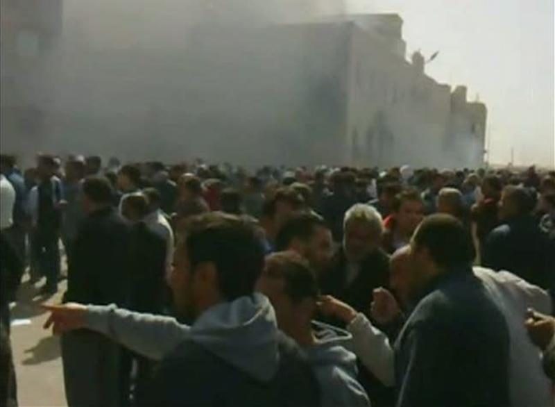 Image tirée d'une vidéo postée sur Youtube, le 20 février 2011, dans laquelle une foule est réunie devant le bâtiment censé être le siège de la sécurité intérieure de Benghazi.