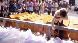 Les cercueils se comptent par centaines, Phnom Penh, le 23 novembre 2010.