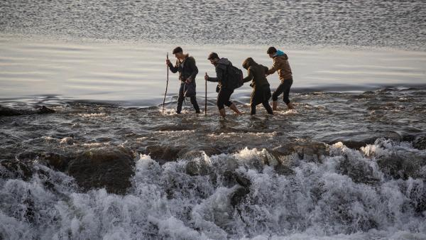 Les migrants tentent de traverser le fleuve Meriç, près du poste-frontière de Pazarkule.