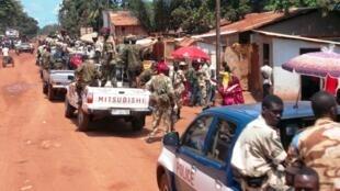 La paix passerait par un mécanisme de DDR, Désarmement, Démobilisation et Réinsertion des combattants. Ici, les troupes centrafricaines chargées du désarmement patrouillent à Bangui, en septembre 2013.