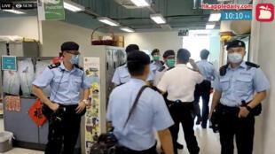 港版国安法下,2020年8月10日,香港警方进入苹果日报报社搜查。日报所属壹传媒创始人黎智英同日被捕。