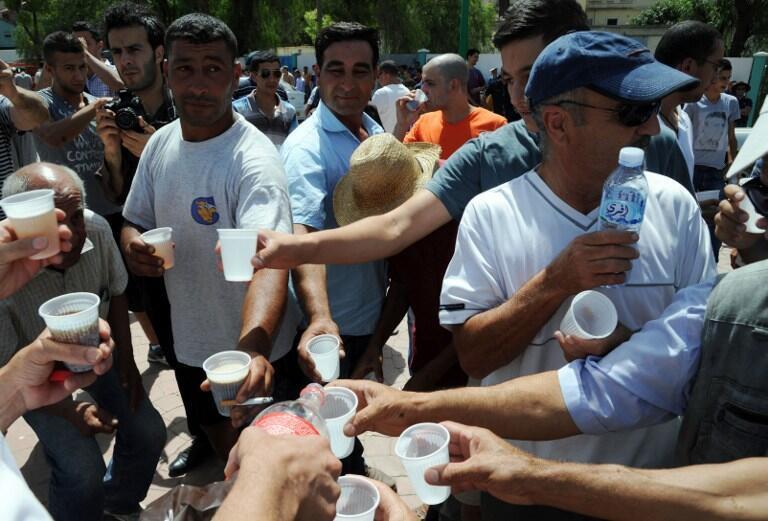 Hơn 500 người tụ tập ăn uống tại Tizi Ouzou trong tháng chay Ramadan để phản đối xu thế Hồi giáo hóa trong nước hôm 03/08/2013.