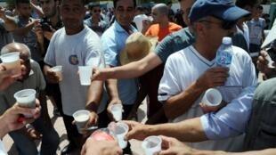 Plus de 500 manifestants se sont réunis à Tizi Ouzou, et ont rompu le jeûne du ramadan en pleine journée, pour protester contre «l'islamisation» du pays. Photo datée du 3 août 2013.