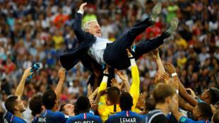 França comemora título com o técnico Didier Deschamps