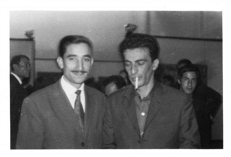 Septembre 1962: Kaddour M'Hamsadji (à gauche) avec Kateb Yacine (à droite) lors du salon du livre d'Alger à la salle Ibn Khaldoune