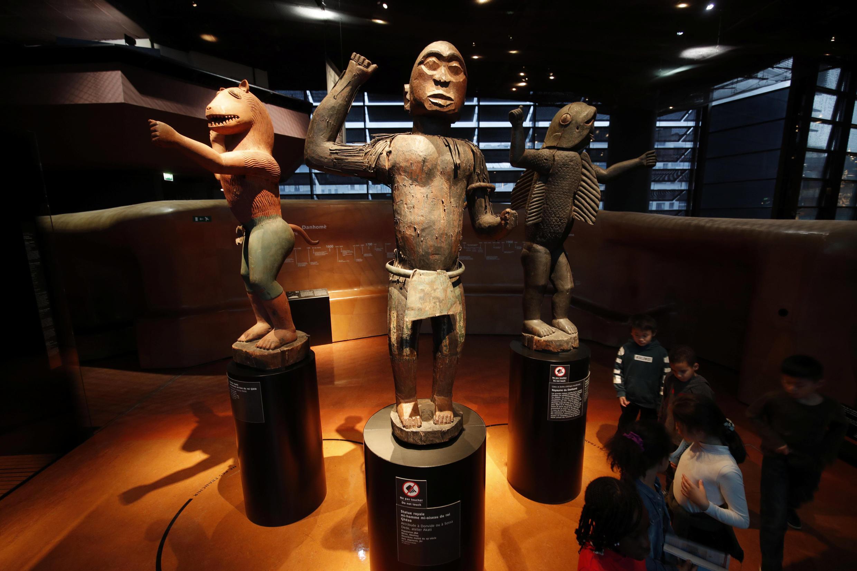 Grandes statuettes royales du Dahomey au musée du Quai Branly à Paris.