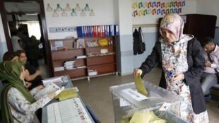 Os turcos votaram neste domingo (7) nas eleições legislativas que fizeram o partido do premiê Erdogn perder a maioria no parlamento..