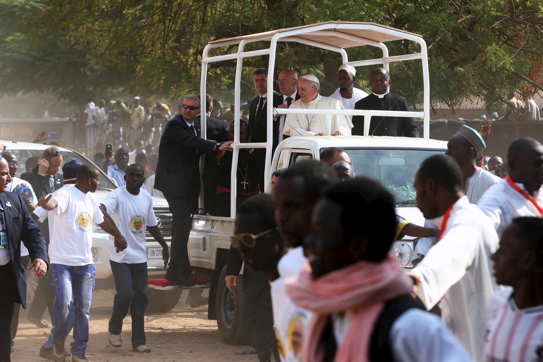 La pape François dans le quartier de PK5 à Bangui, RCA, le 30 novembre 2015.